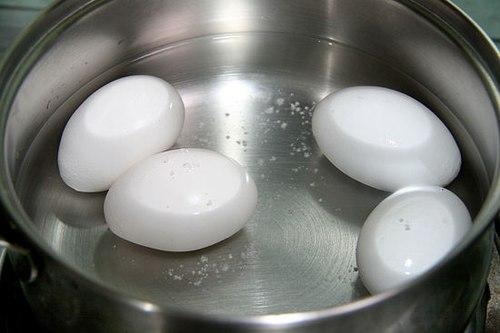 Luộc trứng gà đúng cách sẽ giúp chúng ta có được món ăn vừa ngon miệng lại vừa bổ dưỡng. (Ảnh minh họa).