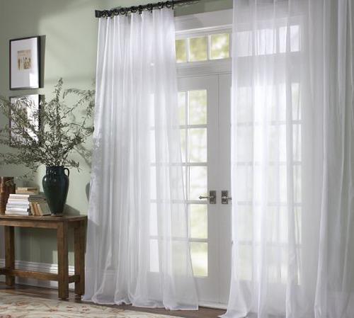 Với các không gian có mái hiên rộng hoặc chủ nhà thích có nhiều nắng vào nhà, kiểu rèm vải mỏng, thướt tha là lựa chọn phù hợp.