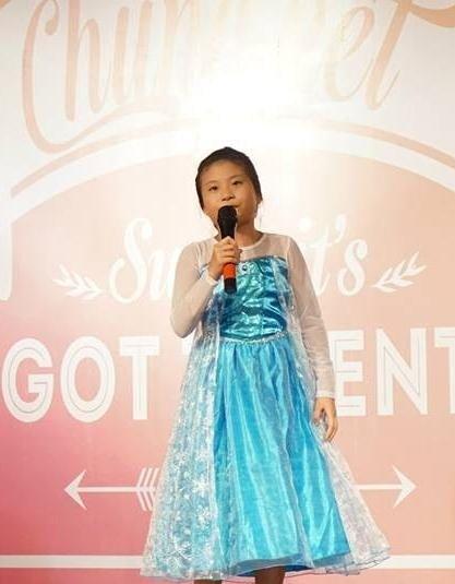 Cô nàng say sưa với bài hát, sẵn sàng nhảy lên các sân khấu để hát Let it go