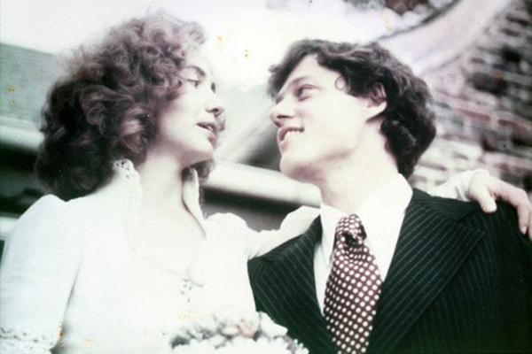 Bill Clinton và Hillary Clinton hạnh phúc trong hôn lễ của họ vào năm 1975.