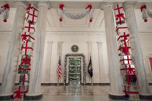 Một lối vào hành lang đông được trang trí từ 8.000 món quà có thắt nơ đỏ.