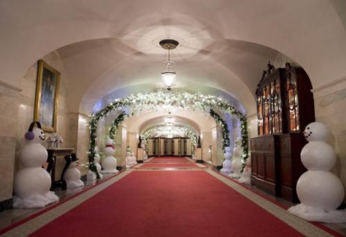 Hành lang được trang trí với rất nhiều vòng hoa và người tuyết .