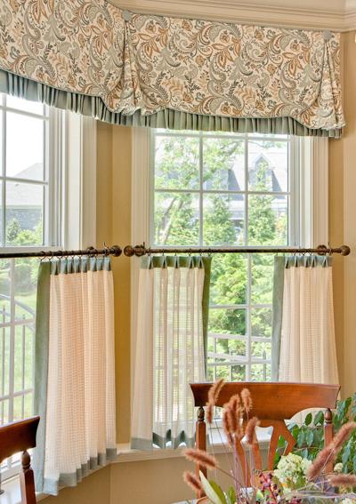 Chỉ che nắng được phần nào, kiểu rèm này đem tới nét duyên dáng cho cửa sổ và giúp chủ nhà luôn nhìn thấy được khung cảnh bên ngoài.
