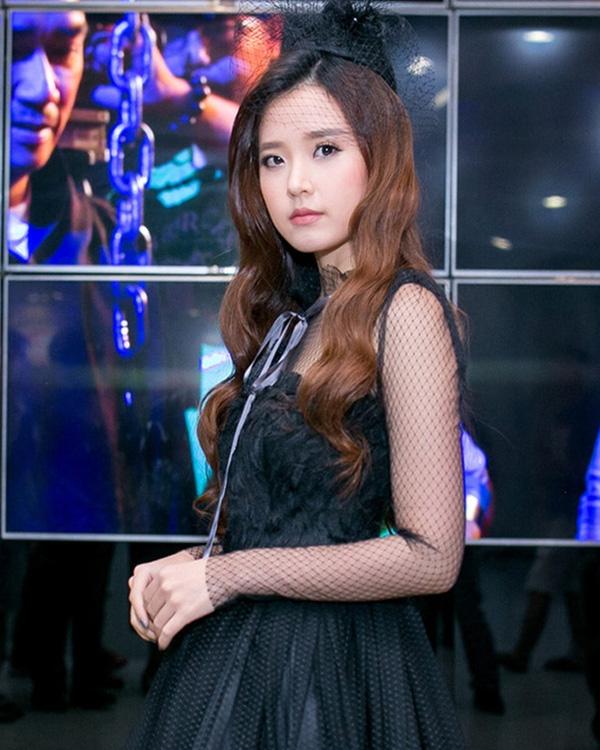 Buổi họp báo còn có sự tham gia của diễn viên Midu với trang phục mang màu sắc ma mị, hợp với không khí của một tác phẩm kinh dị.