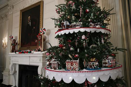 Các ngôi nhà bánh gừng được làm từ mảnh lego. Mỗi ngôi nhà tượng trưng cho một bang và lãnh thổ tại nước Mỹ. Ngôi nhà bánh này được đặt trong phòng ăn.