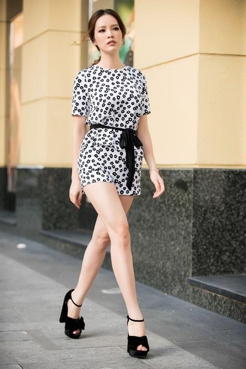 Bên cạnh đó, Thụy Vân hào hứng chia sẻ về hình ảnh của người phụ nữ hiện đại thì những vấn đề như thời trang, chăm dóc da thì cũng rất nên biết. Dành thời gian tích lũy cho mình những kiến thức chăm sóc sức khỏe và giữ gìn thanh xuân cũng là một vấn đề quan trọng.