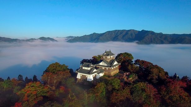 Cận cảnh tòa lâu đài khi không bị sương và mây bao phủ.