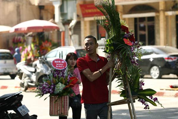 Nhiều người tranh thủ đi mua hoa ngay từ đầu giờ làm việc.