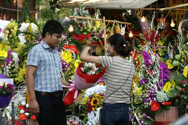 Hà Nội hôm nay chỗ nào cũng thấy hoa.