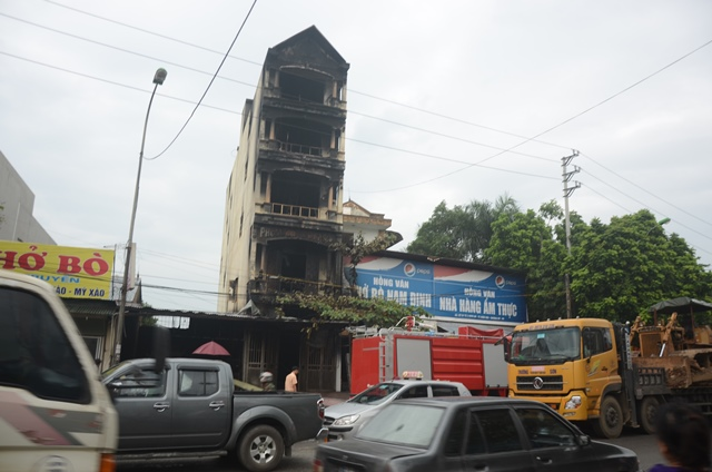 Ngôi nhà 5 tầng tại trung tâm thị trấn Xuân Mai bị khói ám đen sì sau sự cố cháy trong đêm.