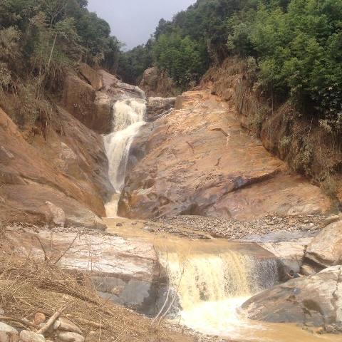 Sau khi lũ qua, dòng nước lớn từ thượng nguồn vẫn chảy mạnh.