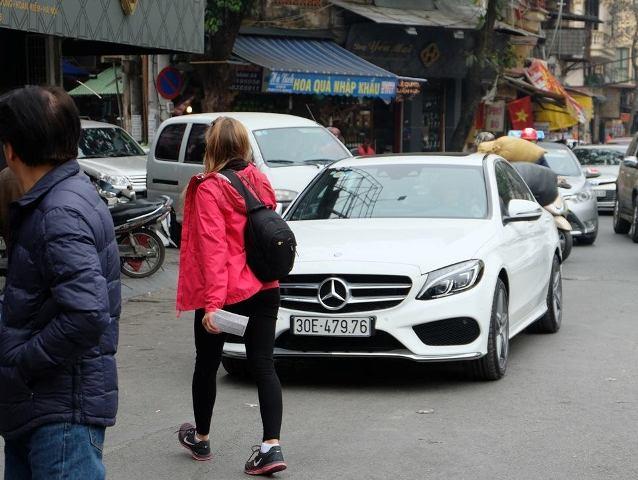 Một chiếc xe Mercedes đỗ ngay lề đường sát chợ Hàng Da bị lập biên bản xử phạt.