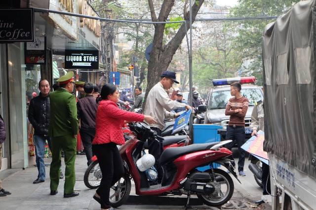 Nhiều trường hợp người dân để xe máy, ô tô trên vỉa hè không đúng nơi quy định đã bị tổ công tác lập biên bản, tạm giữ xe đưa về trụ sở công an các phường chờ xử lý. Ảnh: Cao Tuân