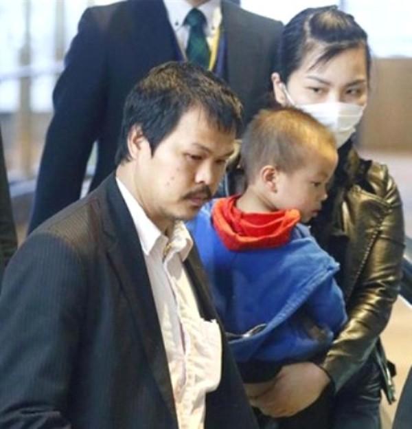 Gia đình Nhật Linh ở sân bay Narita sáng 21/4. Ảnh: Sankei