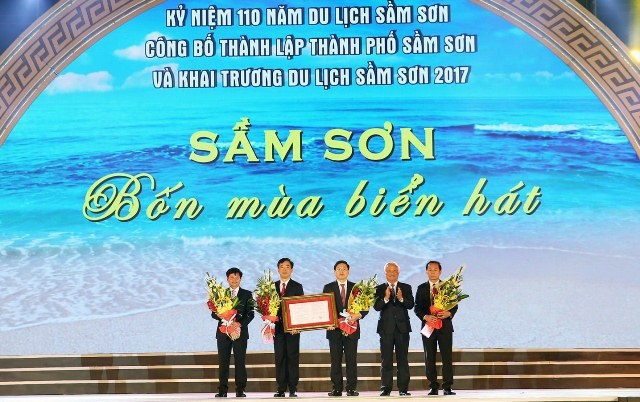 Phó Chủ tịch Quốc hội Uông Chu Lưu trao Nghị quyết của UBTVQH về việc thành lập thành phố Sầm Sơn