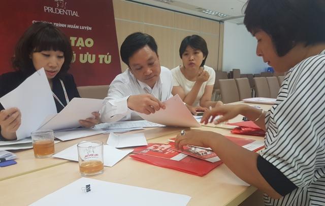 Chị Tạ Như Hoa (Đống Đa, Hà Nội) tại buổi làm việc với Bảo hiểm Prudential sau khi công ty này hủy hợp đồng do nhân viên quên số điện thoại của khách hàng. Ảnh: P.V