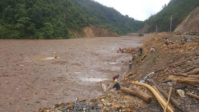 Hồ thủy điện Mù Cang Chải chứa đầy rác.