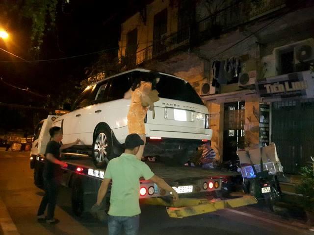 Chiếc xe Range Rovergây tai nạn được đưa khỏi hiện trường.