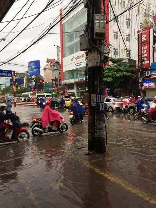 Trục đường Tô Hiệu ngập lụt khiến giao thông ùn tắc, di chuyển khó khăn.