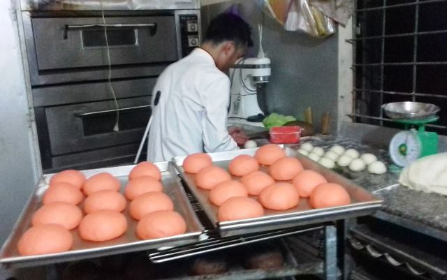 Gần 700 ngày qua, anh Thế vừa đi làm thuê tại một cửa hàng bánh vừa đi khắp nơi gửi đơn đòi công lý cho con gái. Ảnh: PV