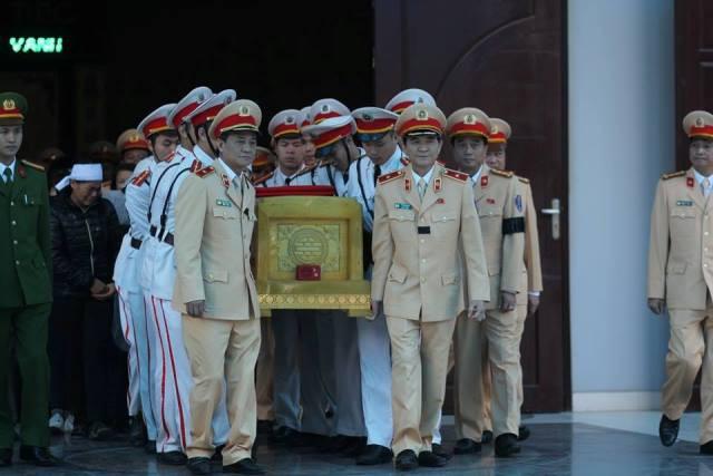 Đúng 9h30 cùng ngày, linh cữu của Trung tá Trần Văn Vang được đưa về an táng tại nghĩa trang quê nhà xã Tân Thành (Kim Sơn, Ninh Bình).