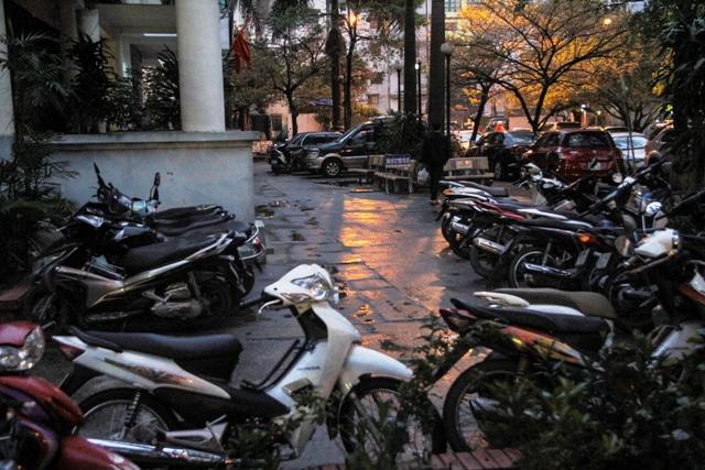 """Bãi đỗ xe """"vây kín"""" quanh tòa nhà N6, thuộc cụm chung cư tái định cư phường Dịch Vọng."""