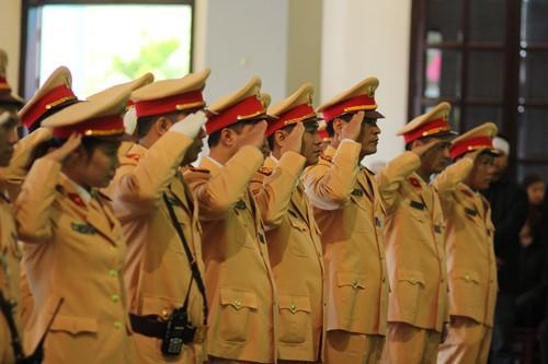 Đến dự lễ tang có đông đảo đồng nghiệp, người thân của chiến sĩ Trần Văn Vang.