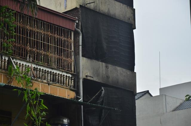 Lực lượng cứu hỏa cùng người dân đã phá được chuồng cọp tầng 3 cứu được 5 người. Tuy nhiên 2 con gái của chủ nhà không thoát được.
