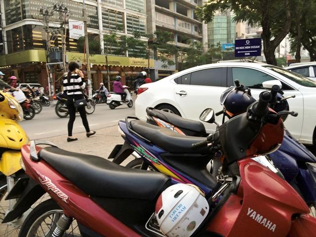 Bãi giữ xe trái phép này (gần Công an phường Trung Liệt, quận Đống Đa, Hà Nội) thu với giá 30.000 đồng/lượt/ô tô con.