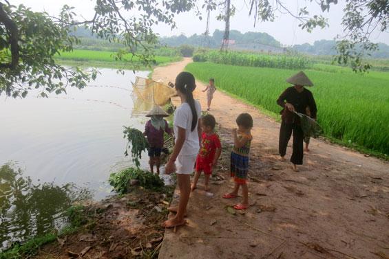Tại các vùng nông thôn, trẻ em thường theo cha mẹ ra đồng, vui chơi tại các khu vực gần ao, hồ sông, suối… tiềm ẩn nhiều nguy cơ tai nạn đuối nước. Ảnh minh họa