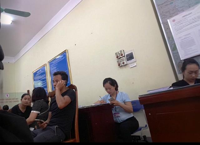 Tại Phòng quản lý xuất nhập cảnh – Công an tỉnh Lạng Sơn có khoảng 10 công ty nhận làm dịch vụ giấy thông hành. Họ đượctạo điều kiện ngồi ngay trong trụ sở công quyền.