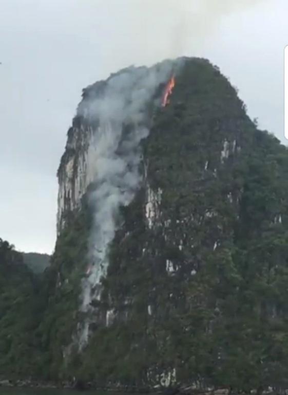 Ngọn lửa bất ngờ bốc cháy trên núi đá giữa vịnh Hạ Long. Ảnh: C.Tâm