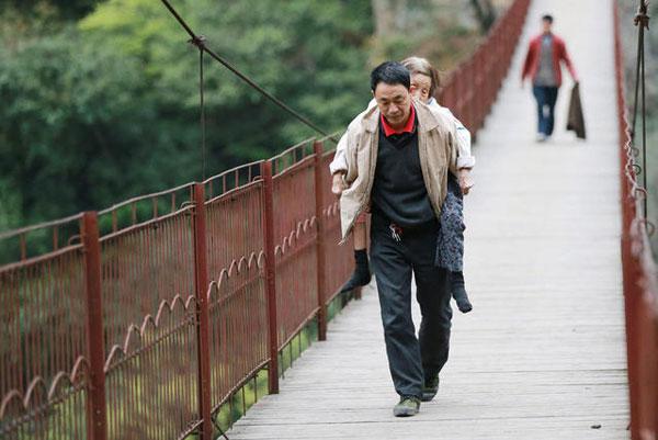 Ông Dai cõng mẹ già đi khắp nơi để tiện bề chăm sóc.