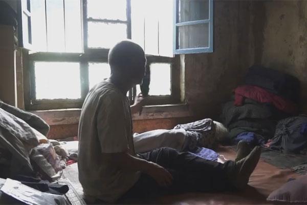 Con trai 65 tuổi dùng tay quạt mát cho mẹ già dễ ngủ.