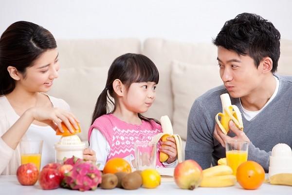 Cho trẻ ăn hoa quả