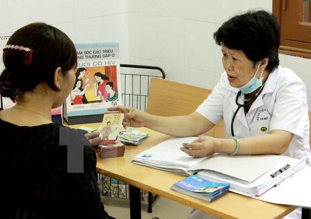Tư vấn phòng tránh HIV. Ảnh: TTXVN