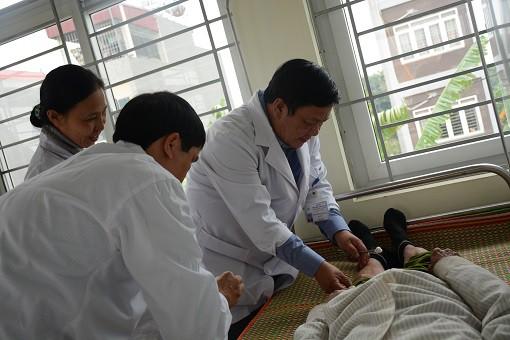 PGS. TS Nguyễn Bá Quang – Giám đốc bệnh viện cùng đoàn cán bộ bệnh viện khám, chữa bệnh miễn phí cho bà con nhân dân xã Đông Hội.