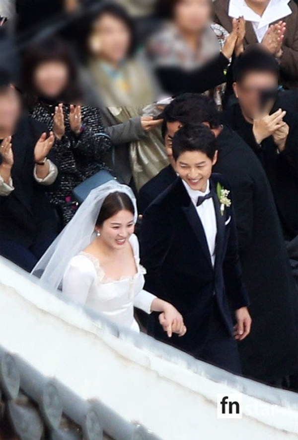 Cặp đôi tiến vào lễ đường trong tiếng hoan hô của khách mời.