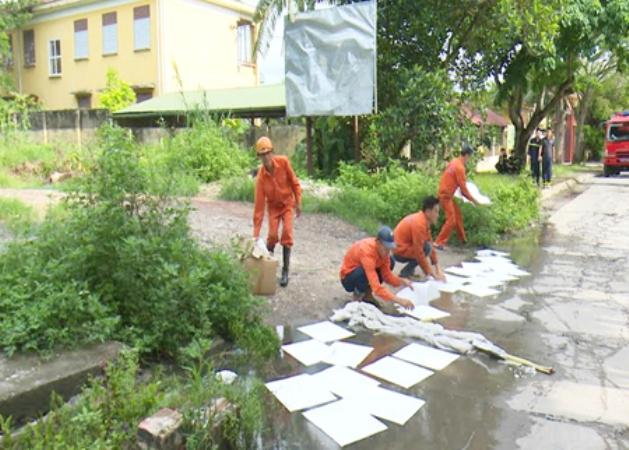 TP. Uông Bí và Trung tâm ứng phó sự cố tràn dầu Đông Bắc tiến hành xử lý sự cố tràn dầu. Ảnh: A.Ngọc