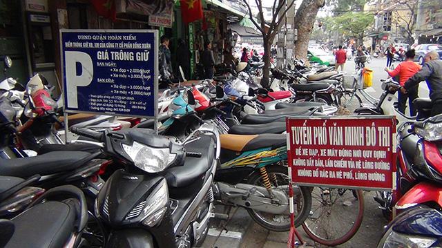 Dù ra quân quyết liệt, tuy nhiên tại nhiều tuyến phố trên địa bàn quận Hoàn Kiếm vẫn còn tình trạng người dân để bừa bãi xe xuống lòng đường.