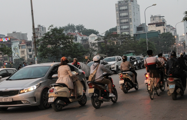 Dù không phải giờ cao điểm nhưng các phương tiện lưu thông một cách vẫn chậm chạp.