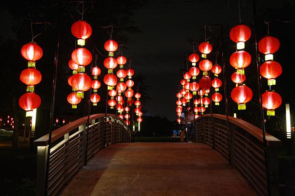 Những cây cầu cũng được trang trí ngập tràn sắc màu.