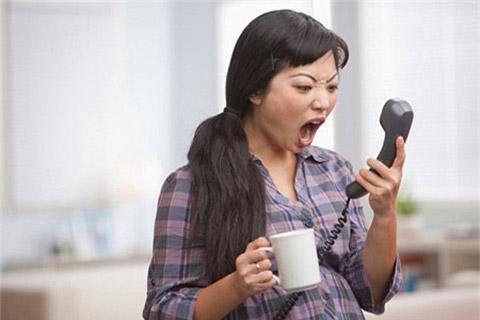 Tôi gọi điện mà chồng tôi không nghe máy thì tôi sẽ lập tức gọi ngay đến máy bàn, gọi cho đồng nghiệp thậm chí gọi cho cả sếp của chồng...Ảnh minh họa