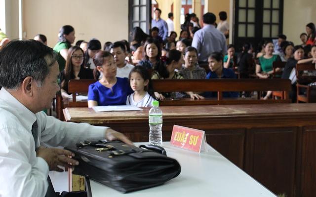 Mẹ con chị Nguyễn Thị Hà (áo xanh) ngồi ghế trên cùng đông đảo các thầy cô giáo trường Tiểu học Hải An