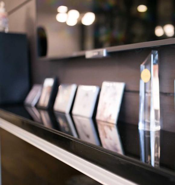 Một góc phòng khách được anh dùng để trưng bày các giải thưởng và album mà nhóm đã đạt được.