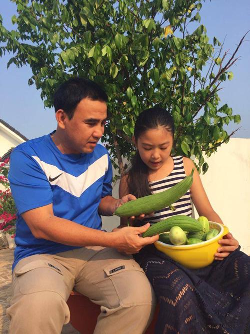 Sau khi lên sân thượng hái rau, hai ba con Quyền Linh cùng vào bếp phụ mẹ nấu ăn.
