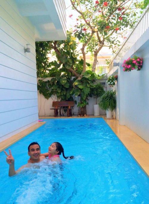 Bể bơi nhỏ là nơi gia đình Quyền Linh bơi lội và thư giãn.