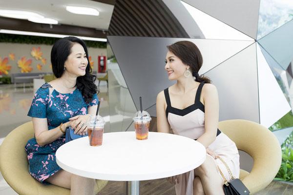 Hai nữ diễn viên thoải mái trò chuyện trái ngược hẳn với thái độ trong phim Sống chung với mẹ chồng.