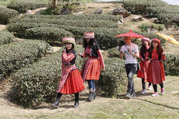 Các cô gái dưới xuôi trong bộ trang phục của đồng bào dân tộc Mông.