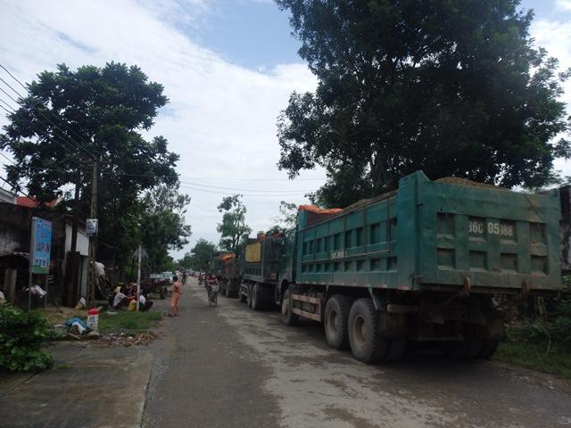 Công ty Miền Tây đã huy động hơn 10 xe tải chở đất đá để khắc phục sự cố đê Cầu Chày